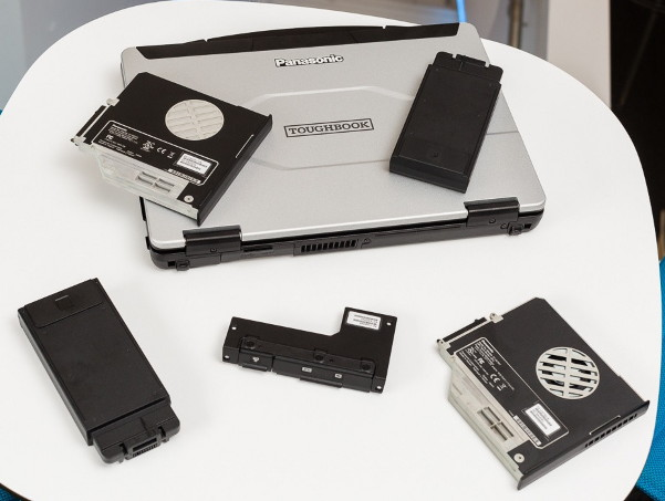 Panasonic Toughbook FZ-55 - Некоторые из доступных модулей расширения (по часовой стрелке сверху слева) - второй SSD; считыватель RFID; выделенный графический процессор; устаревшие VGA и последовательные порты; и сканер отпечатков пальцев.